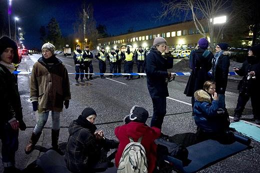 تظاهرات در اعتراش به اخراج پناهجویان در برابر کمپ مرشت