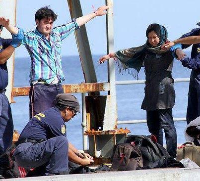 پناهجویان در حال بازرسی شدن