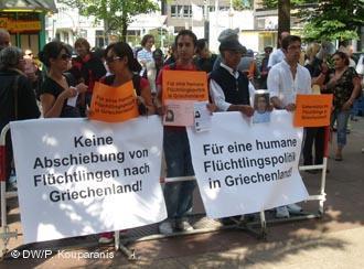 تظاهرات به حمایت از پناهجویان ایرانی در برابر سفارت یونان در برلین