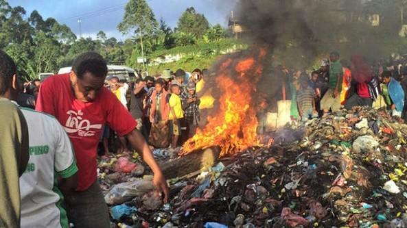 عکسی از به آتش کشیده شدن این زن در زباله دانی در شهر پورت مورسبی