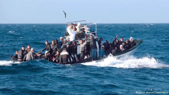 یک قایق پناهجویان در نزدیکی جزیره لامپدوسا