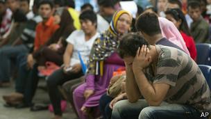 پناهجویان در دفتر سازمان ملل در کوالالامپور - رسیدگی به پرونده های متقاضیان پناهندگی در مالزی روندی طولانی است