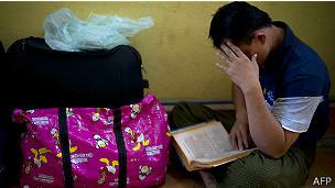 اکثر افرادی که به قصد پناهندگی وارد مالزی میشوند اطلاعات کاملی از قوانین مالزی و سازمان ملل متحد ندارند کشور سرسبز مالزی تا پیش از این به دلیل عدم نیاز به ویزا در بدو ورود و صدور آن در فرودگاه، مقصد سفر بسیاری از ایرانیان بود. هر چند هنوز هم با توجه به صدور ویزای ۱۴ روزه در بدو ورود و اجرایی نشدن درخواست وزیر کشور مالزی برای عدم صدور ویزا، میزبان ایرانیان بی شماریست که به قصد گردش، تحصیل و یا سرمایه گذاری به آن کشور سفر میکنند.