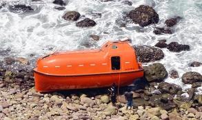قایق نجات نارنجی که برای دیپورت پناهجویان استفاده می شود