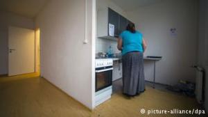 بیش از ۵۰ درصد متقاضیان پناهندگی در خانههای پناهندگی ساکناند که در بسیاری موارد در حاشیه شهرها واقع شدهاند